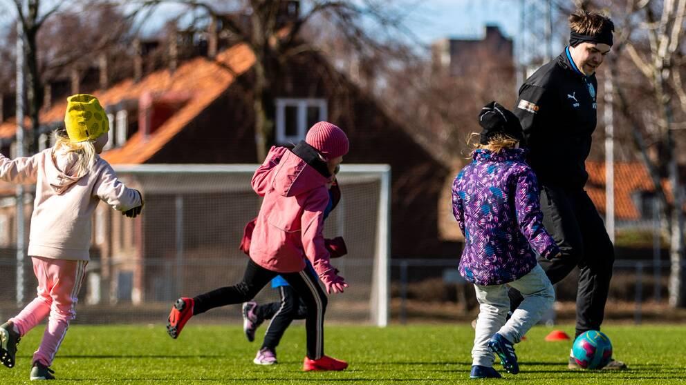 Från och med i onsdags är det åter tillåtet för barn och unga födda 2002 eller senare att spela matcher utomhus. Men i Kalmar avråder man fortsatt från det.