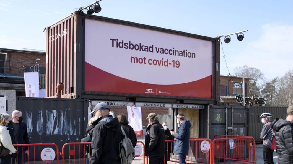 FHM:s GD Johan Carlson meddelade tillsammans med socialminister Lena Hallengren att prognosen för när alla som vill ska ha fått en första dos coronavaccin flyttas fram till 5 september.