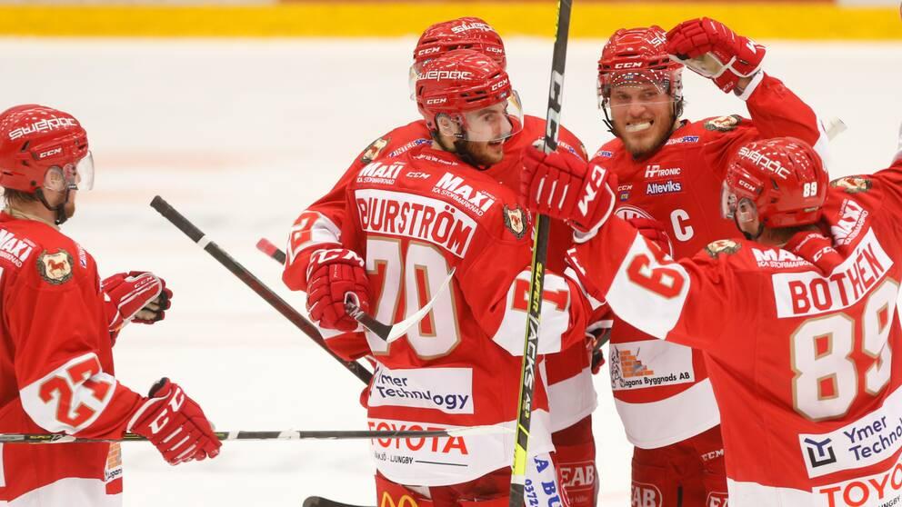 Bild på fem spelare i hockeylaget Troja-Ljungby.