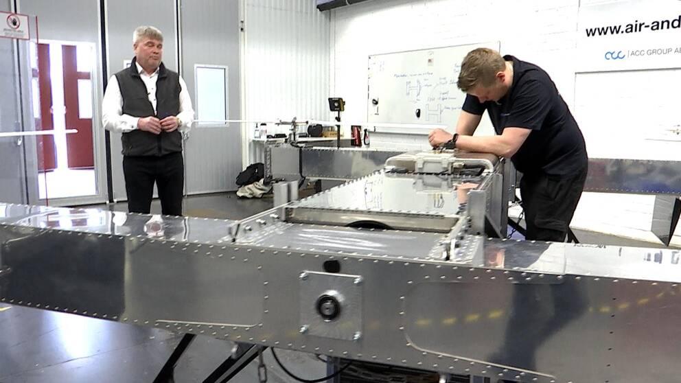 Claes Drougge tittar på när en av hans anställda bygger drönare