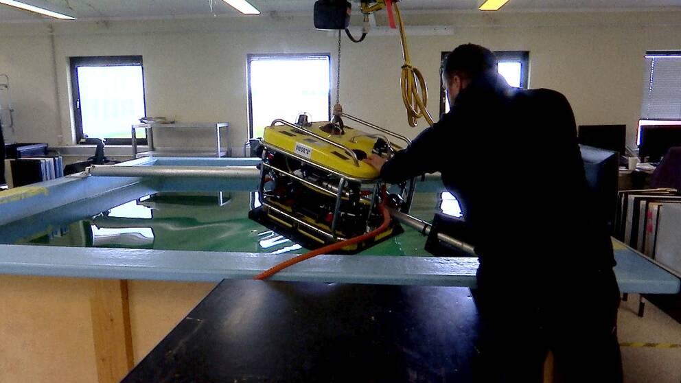 Undervattensdrönare läggs ner i bassäng i fabriken