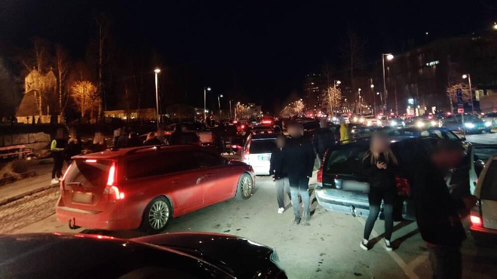 myller av ungdomar och bilar nattetid i Piteå
