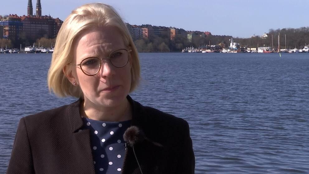 Karin Ernlund från Centerpartiet i Stockholm i halvbild. I bakgrunden syns vatten, båtar och byggnader.