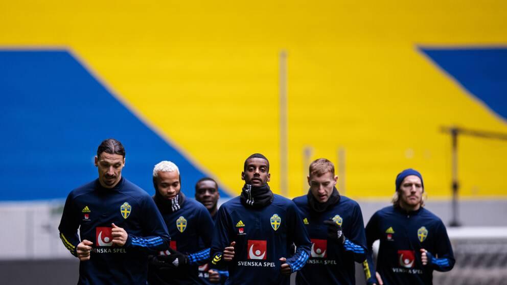 Sverige inleder EM-slutspelet mot Spanien i Sevilla.