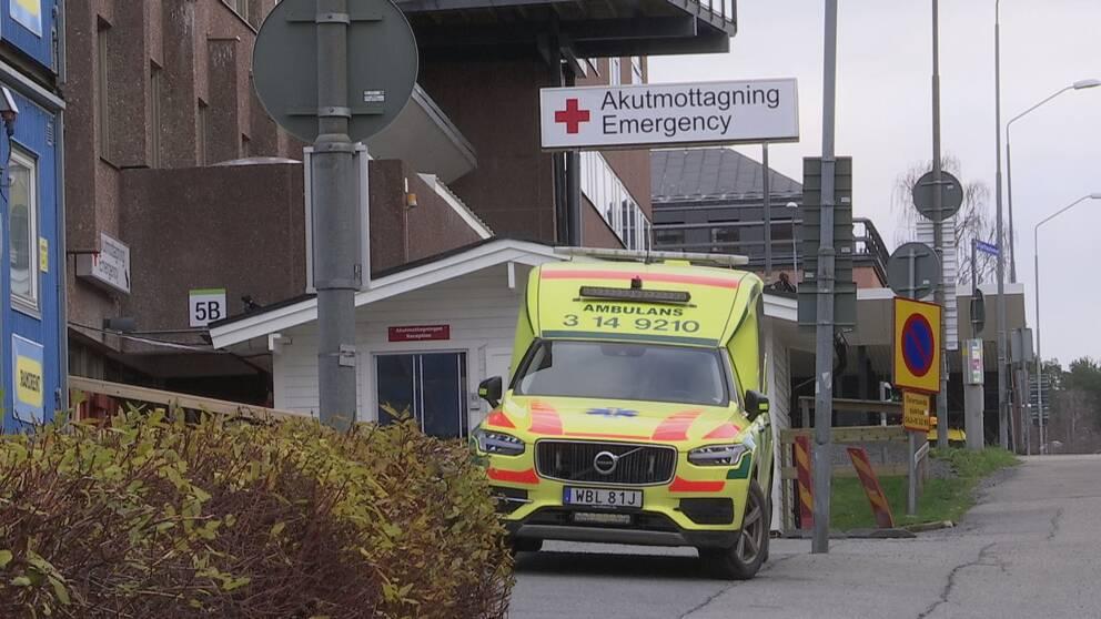 Bild på exteriör av akutmottagningen vid Östersunds sjukhus. En ambulans står parkerad framför ingången.