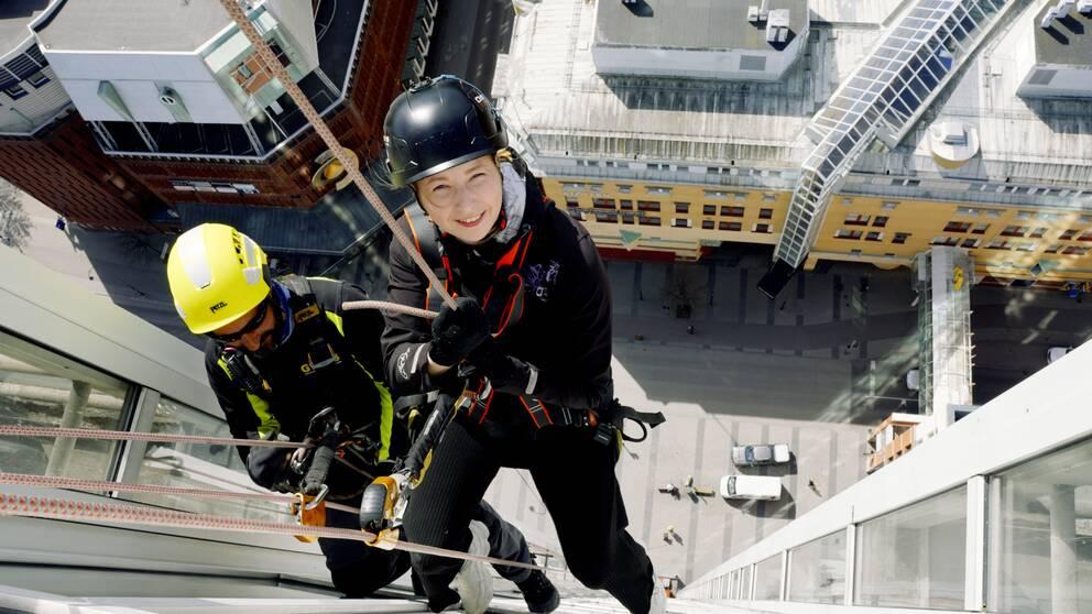 Vår reporter Caroline Slotte hänger cirka 80 meter på Skrapan i Västerås.