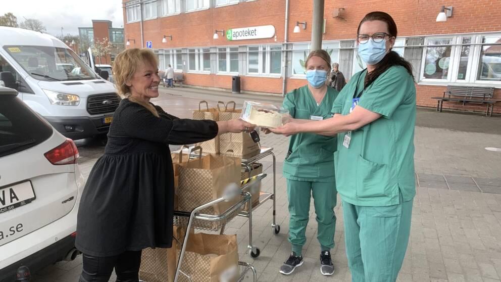 I klippet kan du se när Veronica Börjesson lämnar över tjugo tårtor till IVA-avdelningschefen Hanna Johansson och den biträdnade avdelningschefen Jessica Petersson.