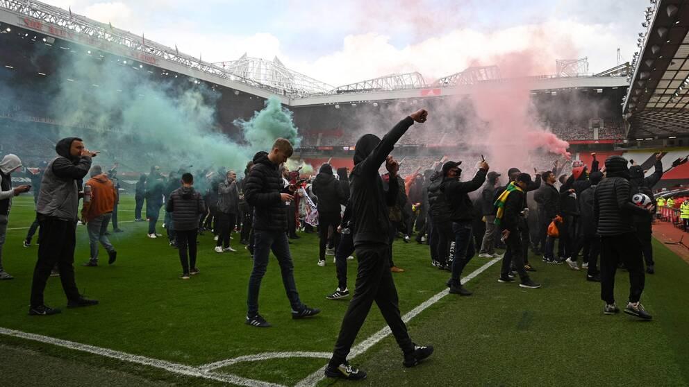 Manchester Uniteds supportrar protesterar inne i Old Trafford