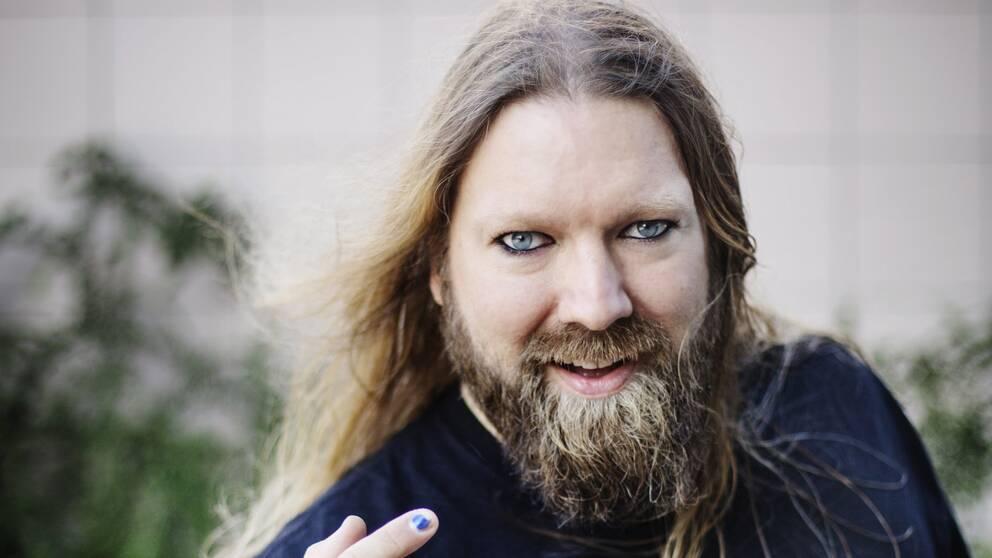 Rickard Söderberg leder Opera-sing-a-long på Stockholms pridefestival.