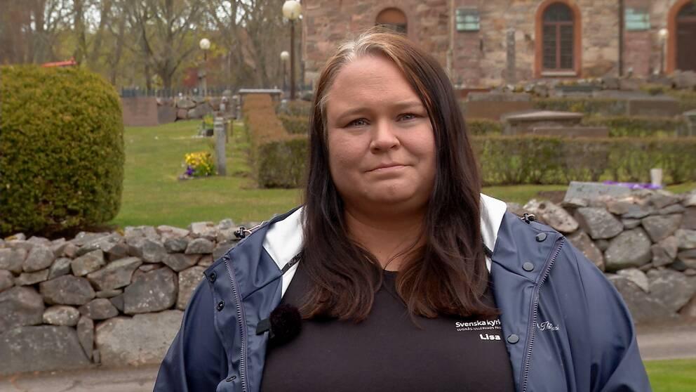 Lisa Wallenstein framför Björsäters kyrka