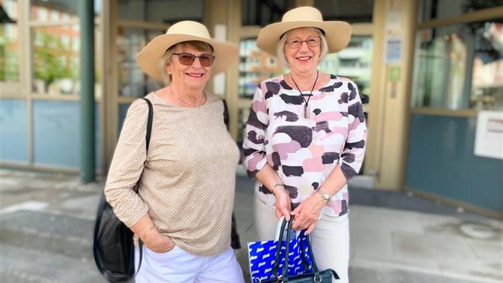 Damer i hatt.
