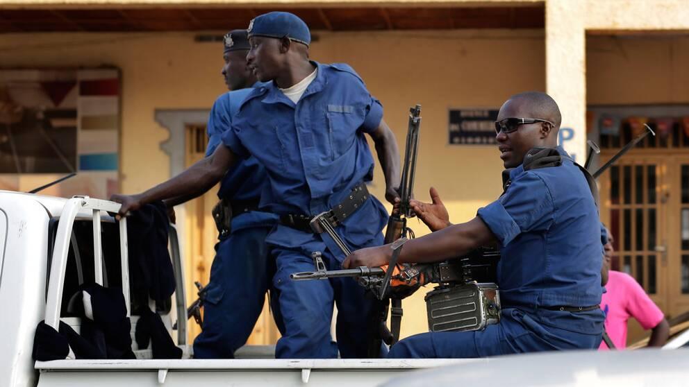Burundisk polis vid platsen där en granat kastades.