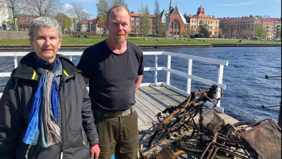 Monika Hirseland och Conny Holmqvist har fiskat upp flera rostiga cyklar, brasse-stolar och pallar ur Nissan.