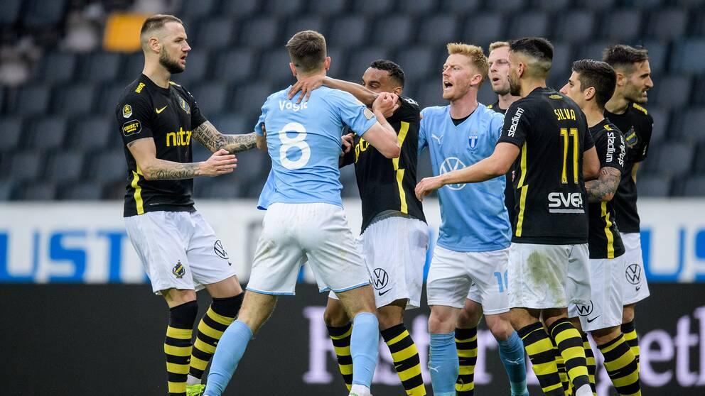 AIK:s Bilal Hussein och Malmö FFs Pavle Vagic i bråk.
