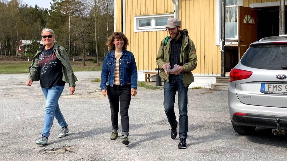 Tre personer på väg till fots från Frånö folkets hus till Lunde.