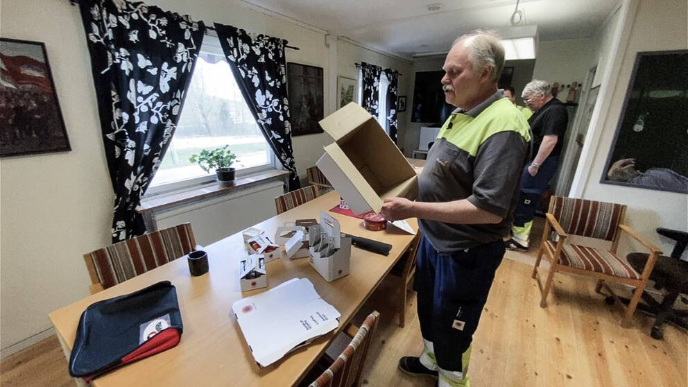Anders Pettersson, ordförande för Pappers vid Kvarnsvedens pappersbruk visar en kartong som de tillverkat.