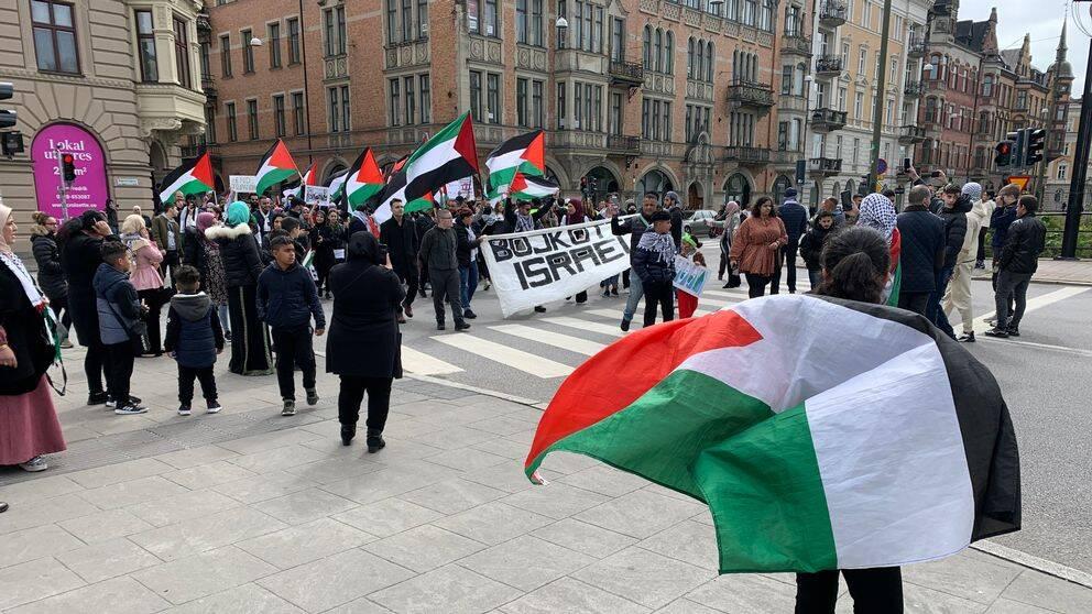 Propalestinska demonstranter tågade genom Malmö på lördagen. Vid 15.15-tiden upplöstes demonstrationen i Malmö.