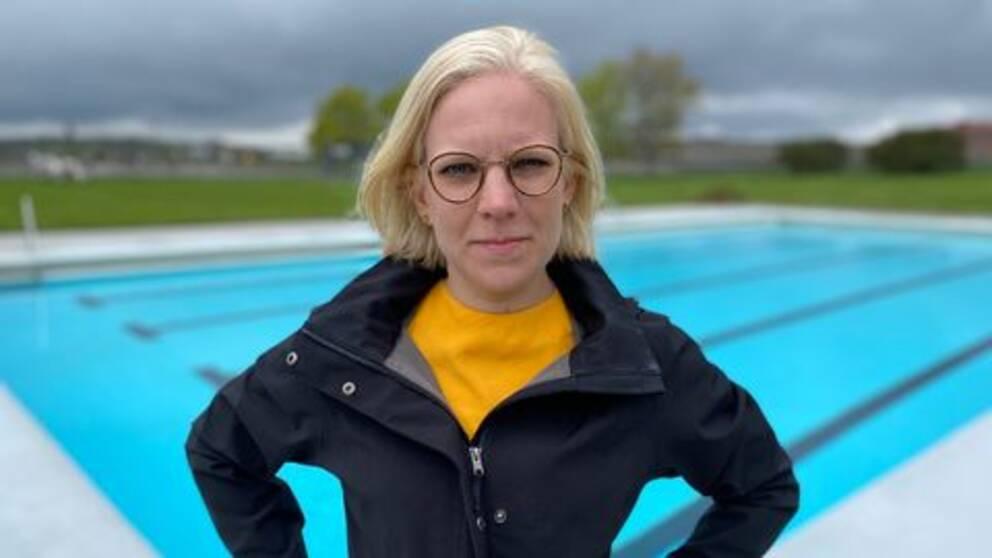 Karin Ernlund framför en simbassäng