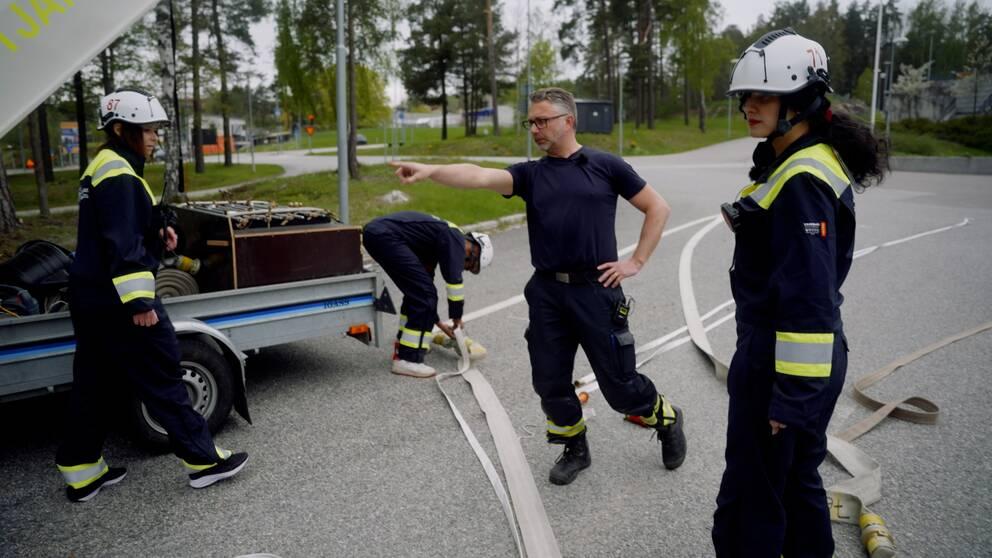 Se när Mattias Roos, styrkeledare Sörmlandskustens räddningstjänst, lär beredskapsvärnet att lägga slang och koppla slangsystem.