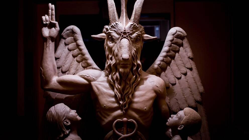 Den fallne ärkeängeln Lucifer omgiven av två barn.