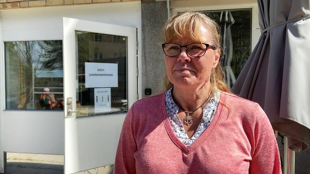 emn kvinna utanför en vallokal