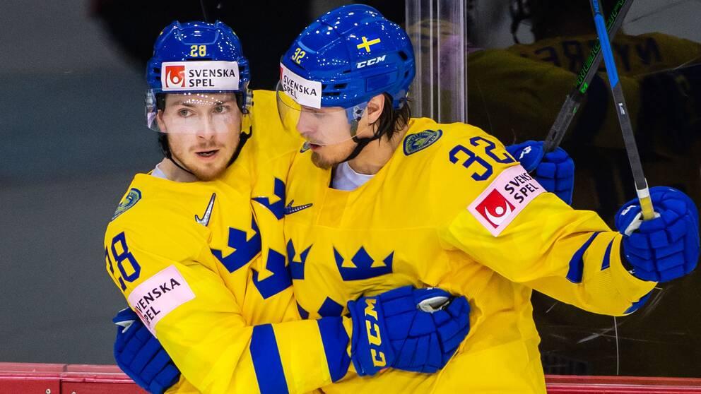 Jesper Frödén (vänster) jublar tillsammans med Magnus Nygren efter ett mål mot Schweiz.
