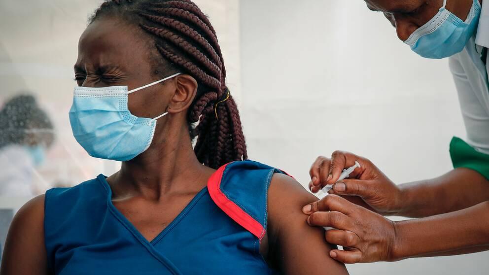 Sjukhuspersonal i Kenya får vaccin som leverats av globala vaccinprogrammet Covax.