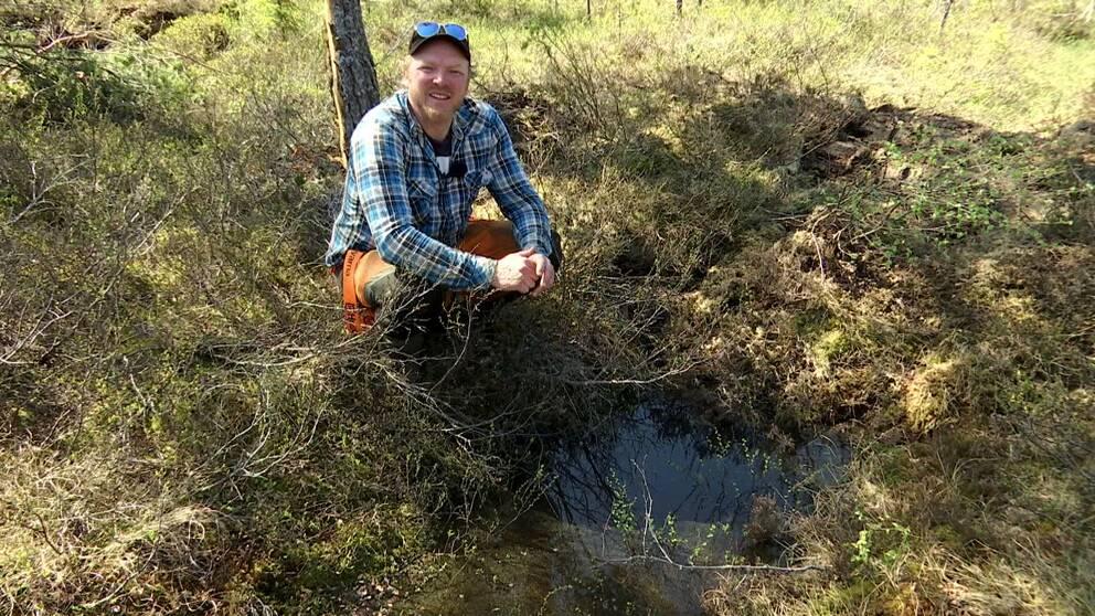Gustav Eriksson arbetar som miljö- och vatteningenjör i Hudiksvalls kommun. Han tycker att det är jätteroligt att komma tillbaka och se när man lyckats bra med ett område.
