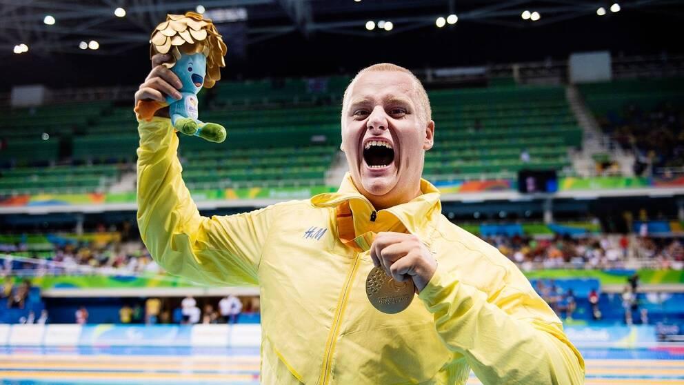 Karl Forsman med sitt guld i Paralympics i Rio 2016