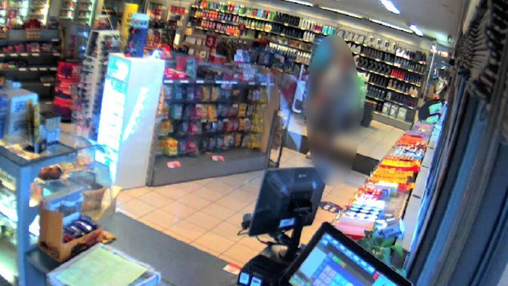 Bild med blurrad man från en bensinmack i Årjäng den 15 maj.