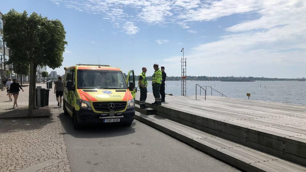 ambulans på Sundspromenaden i Malmö, två ambulanssjukvårdare samtalar med varandra