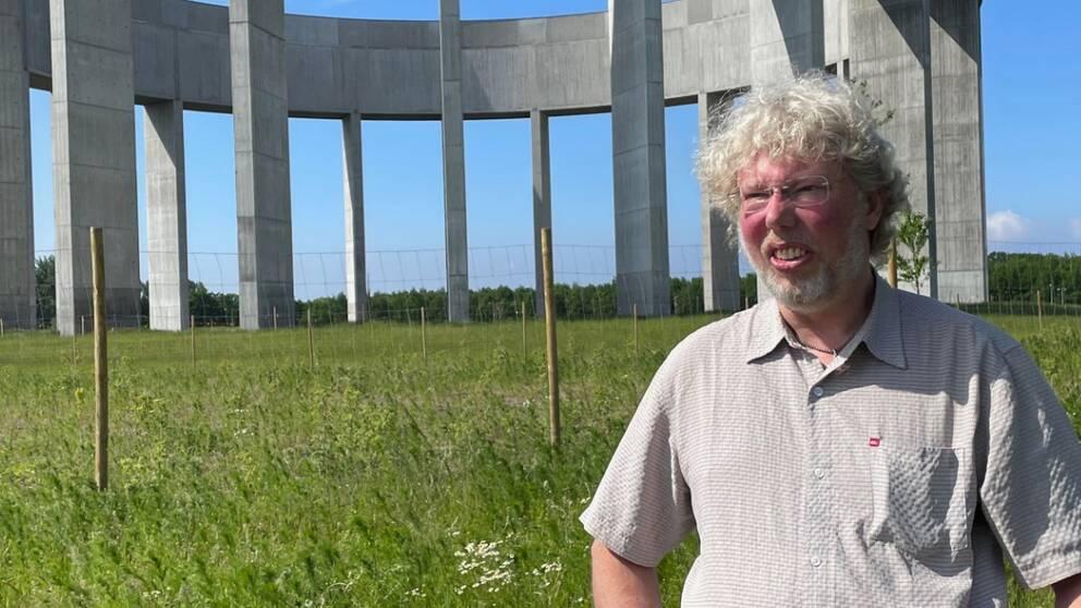 Projektledaren står framför vattentornet