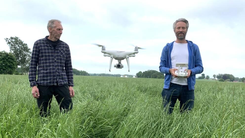 I klippet får du hänga med på rådjursjakt med drönare tillsammans med lantbrukaren Tord Johansson (till vänster) och drönarpiloten Anders Andersson.