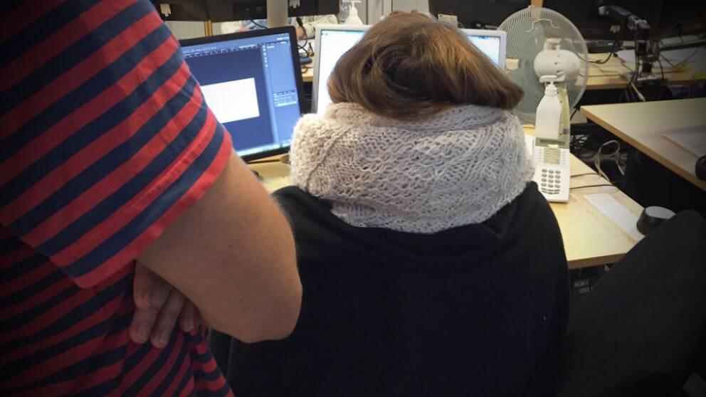 Det är inte ovanligt att kvinnor sitter med varma koftor på jobbet – medan männen kan gå runt i kortärmat.