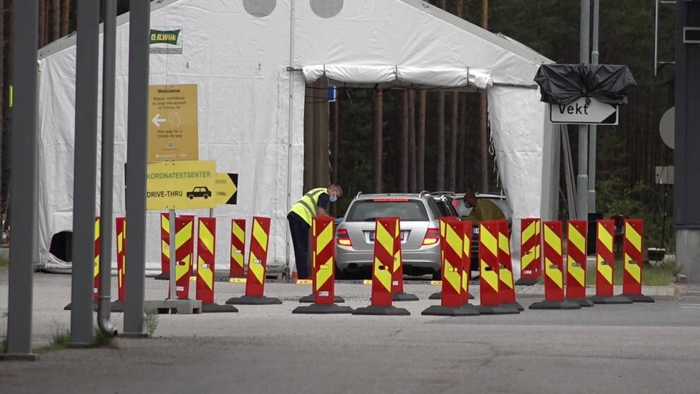 Bilar i kö vid tält för corona-tester