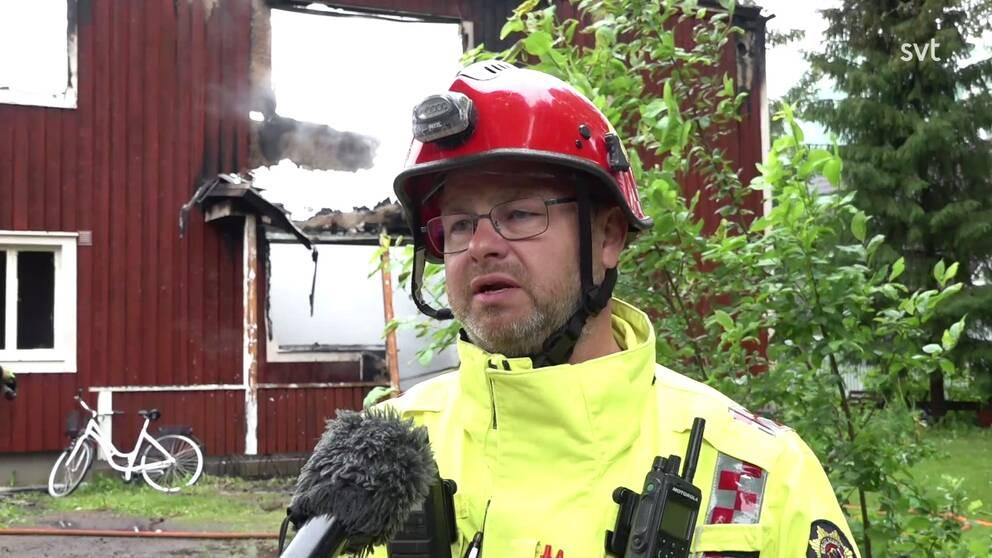 Hör insatsledare Åke Hildingsson berätta mer om branden.