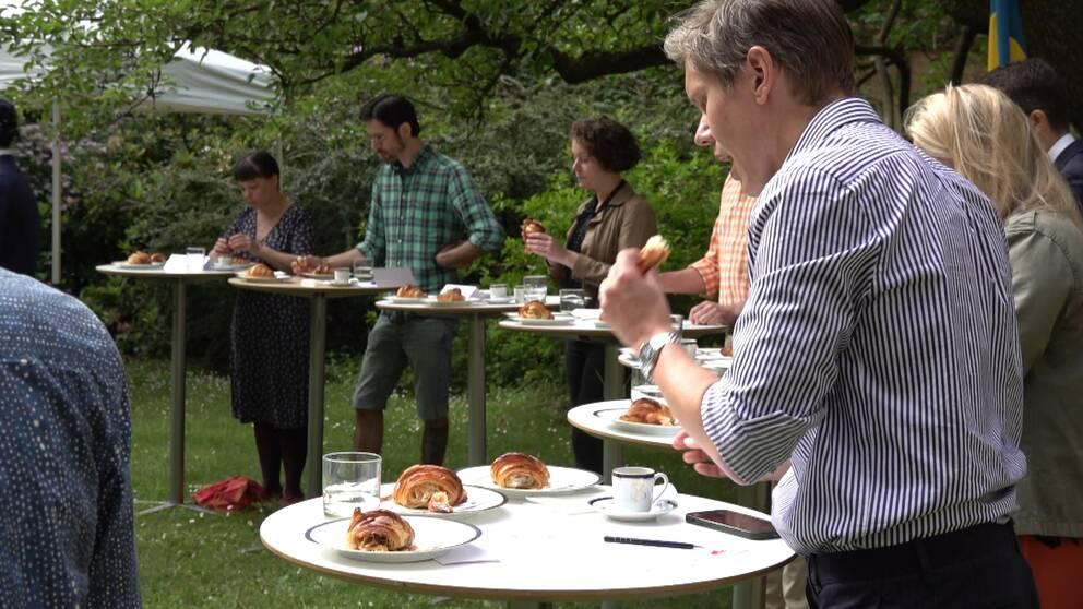 På bilden syns juryn som klämmer och tar isär olika croissanter för att kunna göra bedömningen.