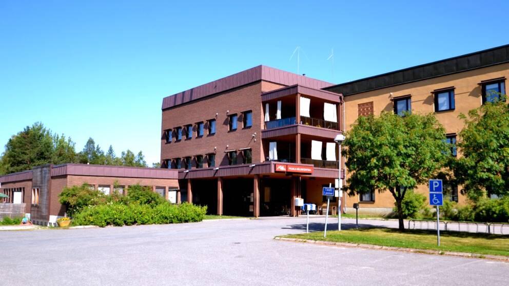 vy mot tegelbyggnad – vårdcentralen i Pajala
