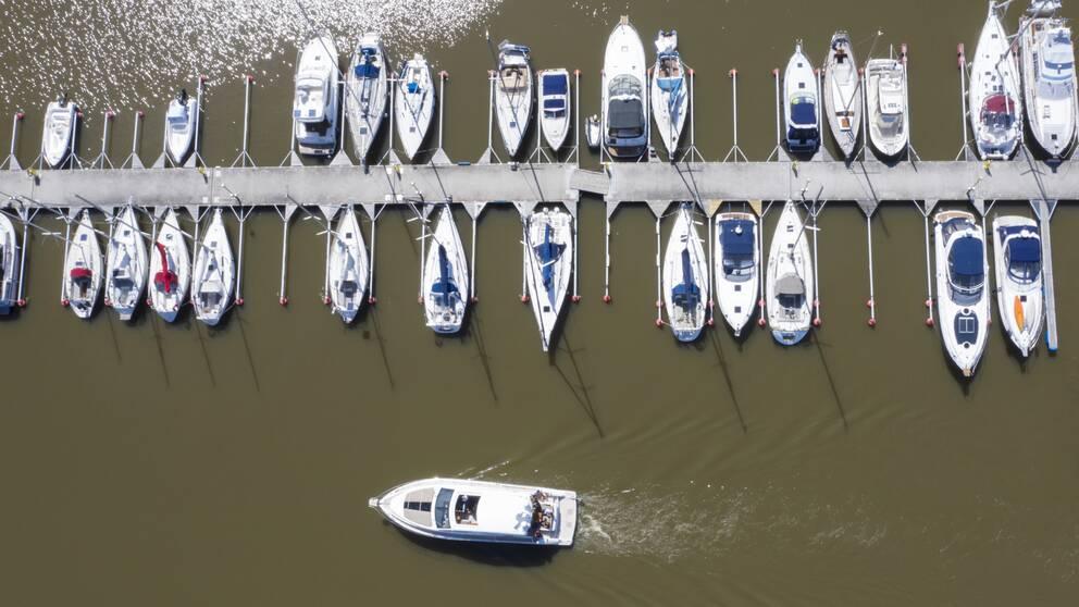 foto ovanifrån över fritidsbåtar vid en lång brygga