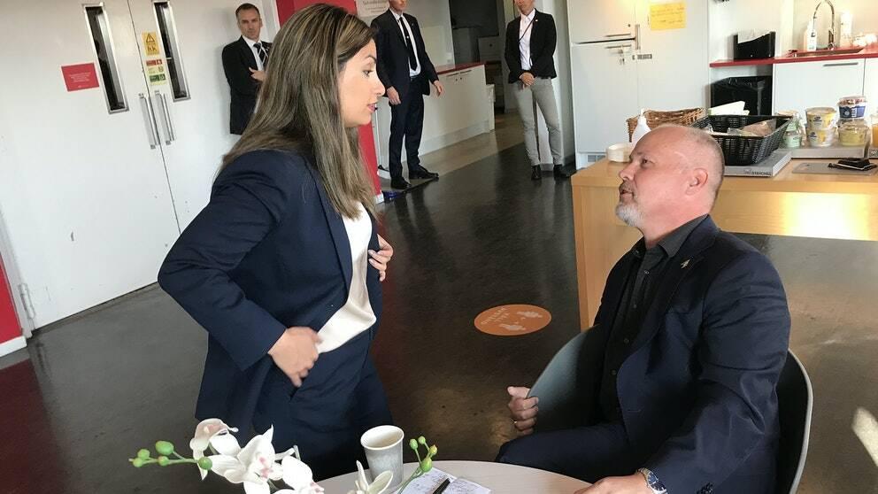 """""""Det var inte så väldigt glada på varandra"""", säger SVT:s Elisabeth Marmorstein om Nooshi Dadgostars och Morgan Johanssons oplanerade möte i tv-huset."""