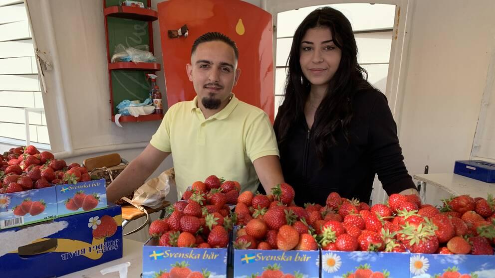 Edmond Nerda och Mery Toma säljer jordgubbar i Jönköping.