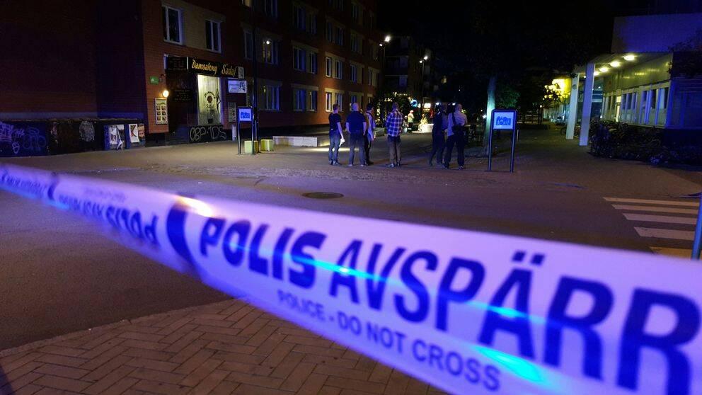 Explosionen inträffade utanför ett flerfamiljshus vid korsningen Ahlmansgatan-Claesgatan klockan elva på söndagsnatten.