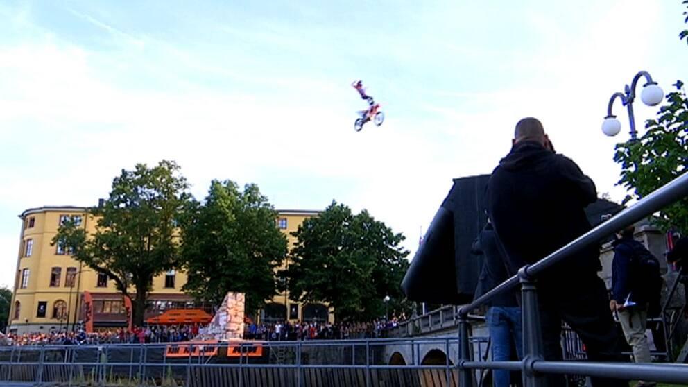 Motorcykel i luften ovanför Svartån.