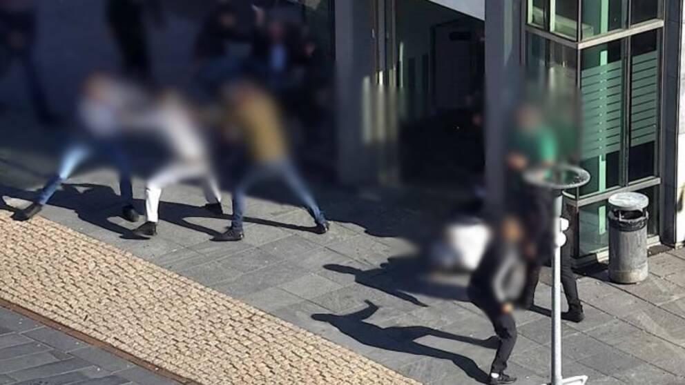 Flera män bråkar i Hjällbo.