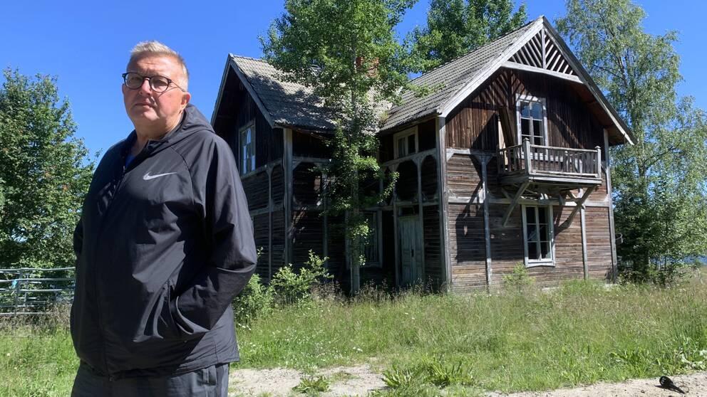 Torbjörn Berlin står framför ett ödehus.
