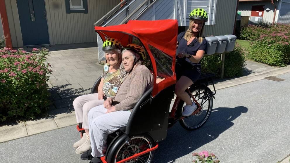I klippet kan du se när cykelpiloten Ulrika Jörgensen kör runt med Ragnhild Freij, född 1923, och Ella Bengtsson, född 1927.