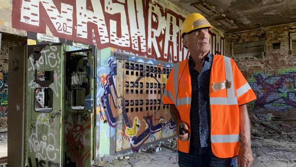 Ingvar Helldal vandrar omkring i det som en gång var hans arbetsplats. Han började där som praktikant 1954 och jobbade där i omgångar fram tills att stationen stängde 1994.