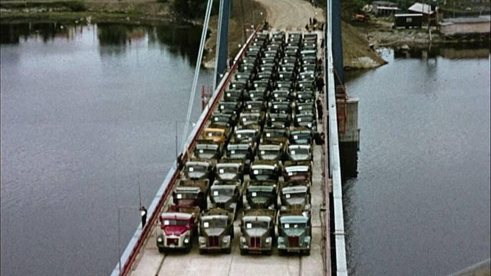 Lastbilar testar bron