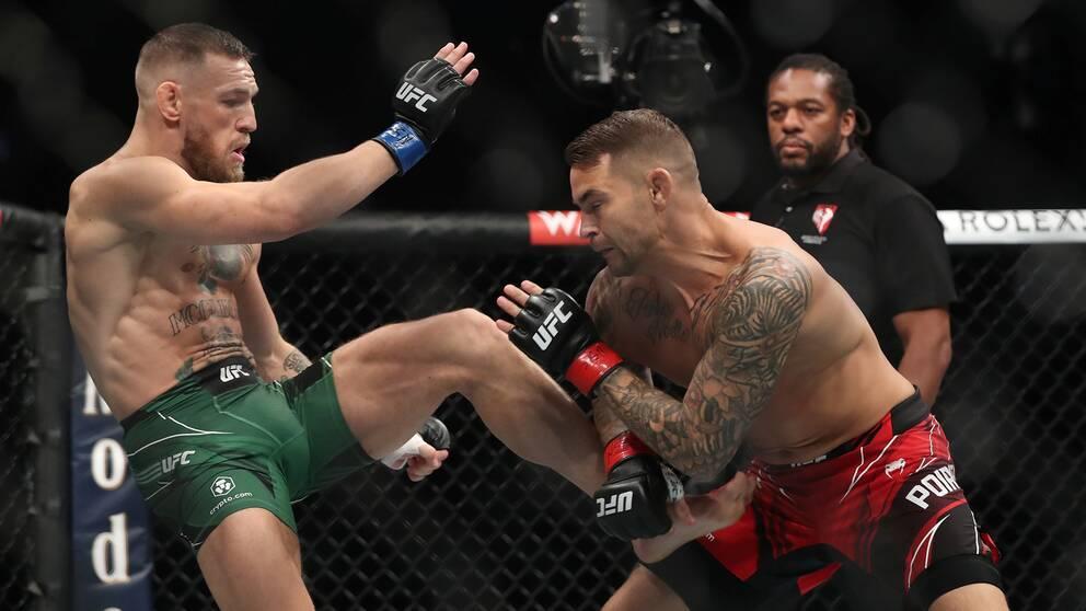 Situationen där Conor McGregor bryter benet. Sekunder senare är matchen mot Dustin Poirier över.