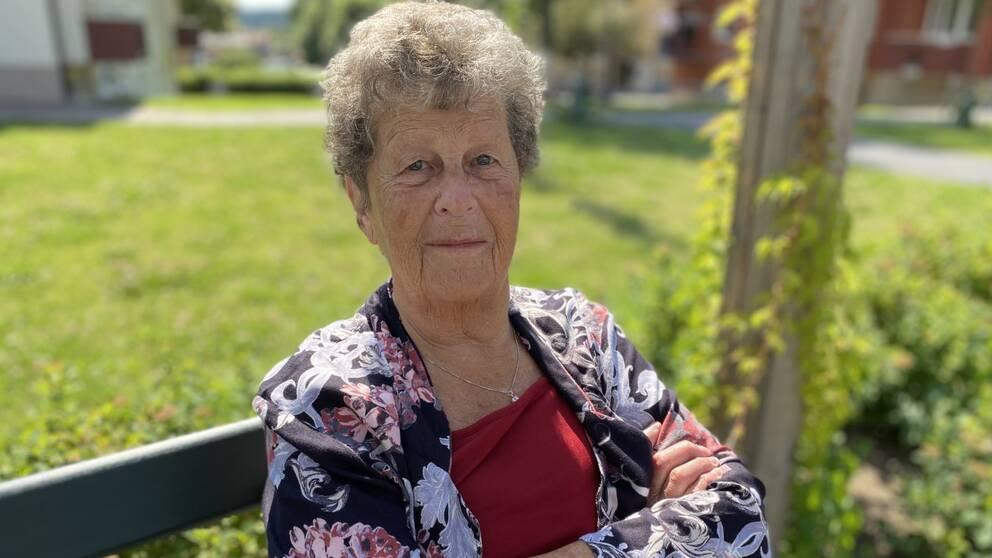 Närbild på Siv Lindblom som sitter på en parkbänk.